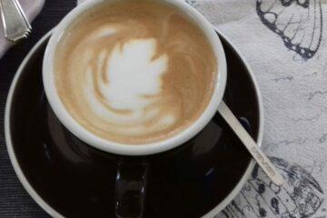 Cappuccino in brauner Tasse